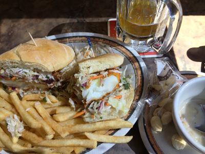 現存するなかでは全米最古のマーケット「パイク・プレイスマーケット」にある由緒正しきレストラン『athenian』では、定番の「Famous Fish Sand」。シアトルは魚が旨いぜ!