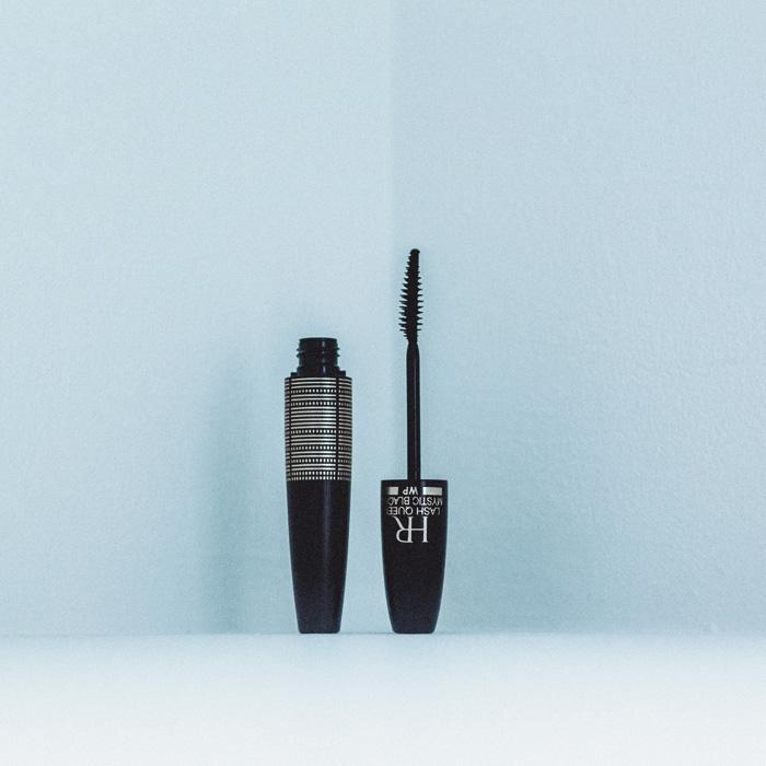 目のフレームを際立たせ、神秘的なまなざしをかなえるダブル リチュアル ブラシを採用。まつ毛の根元にはボリュームを、先端はセパレートしながら長さをもたらす。全1色。01 ミステリアス ブラック ¥4,500(ヘレナ ルビンスタイン ☎03−6911−8287)