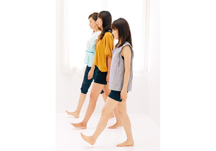 2. 歩き方 足の指を上に向け、かかとから地面に着ける。重心を足裏側から親指と人差し指の間に移動し、後ろ側をピンと伸ばす。後ろ足を蹴り出すときはお尻から太ももの後ろ側が伸びるように。