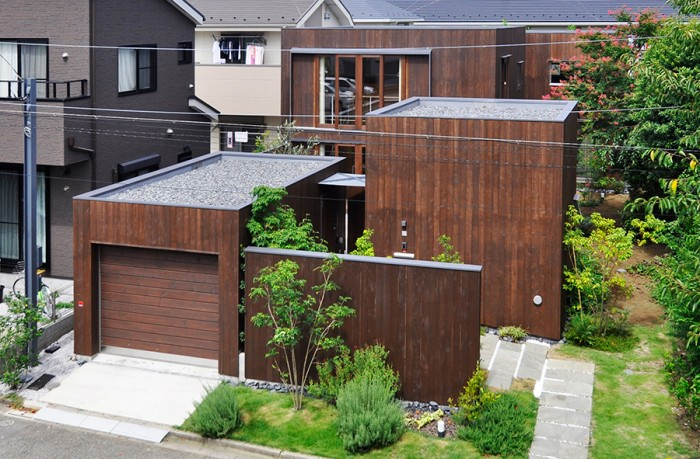 分散配置されたボックス状の家。豊かさの印象を生む空間の仕掛けと緑。