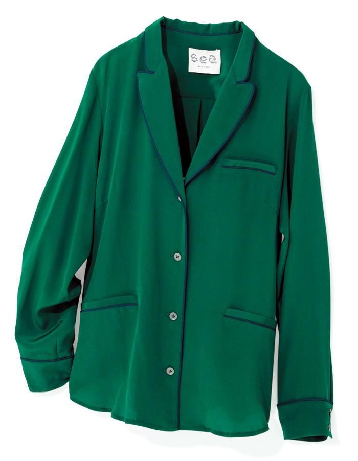 パジャマシャツで、モードな抜け感を。 リラクシーな着心地ながらも、シルクの落ち感と深いグリーンがリュクスなムードを演出。パンツ&ヒールでスマートに着こなすのが気分。¥38,000(シー ニューヨーク/ブランドニュース☎03・3797・3673)