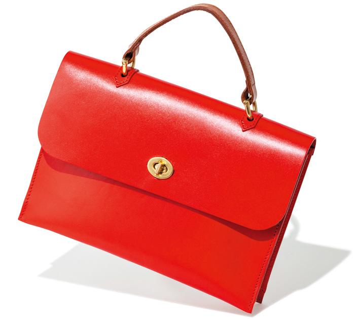 スタイリングの要となる鮮やかレッド。 かっちりしたフォルムのバッグも、鮮やかな赤ならどこか愛らしい雰囲気に。ショルダーストラップ付きなので、コーデによって持ち方を変えてみて。W26×H18×マチ4㎝¥49,000(MIMI/Bshop☎03・6427・3710)