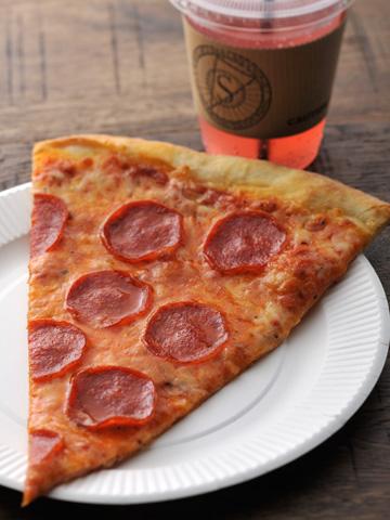 チーズスライス ¥500。ピンクレモネードスカッシュ ¥400(共に税込み)。ドリンクはコーヒーやレモネードのほか、ビールやカクテル、ワインがあり、カフェ利用だけでもOK。