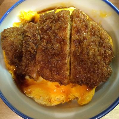 帰国後、まず食べに行ったのは、渋谷「瑞兆」のカツ丼。その後も辛くなったときは、揚げ物に救いを求める。体重も増える。