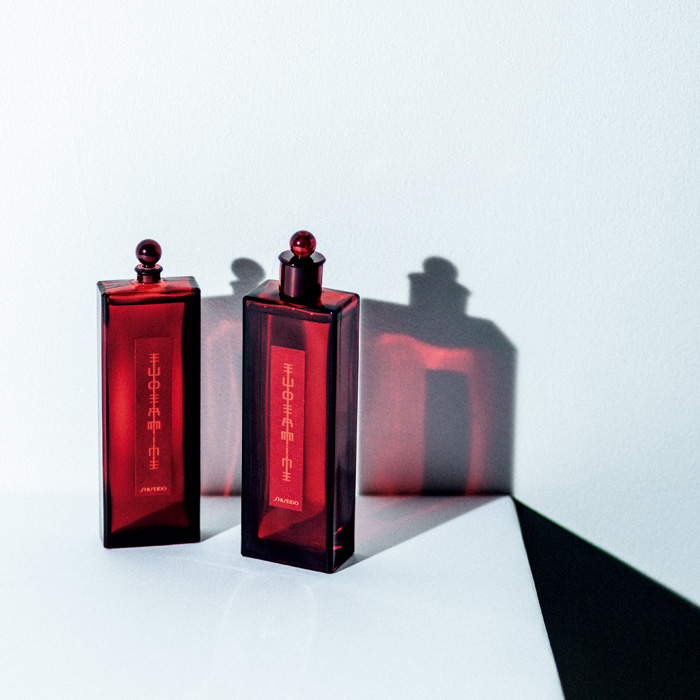 """1897年、〈資生堂〉が当時の最先端処方によって開発した、""""貴婦人に愛された赤い水""""「オイデルミン」。100周年にあたる1997年に、新たに高機能化粧液としてリニューアル。資生堂 オイデルミン 化粧液 右・200ml ¥8,000、左・125ml ¥6,000(資生堂インターナショナル ☎0120-30-4710)"""