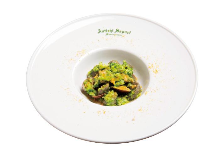 2. PRIMO PIATTO:主菜 モチモチの焦がし小麦の自家製オレッキエッテ(耳たぶという意味のパスタ)に、カラスミとアサリ、ブロッコリーのソースを絡めている。食べやすい上品な量なのがうれしい。
