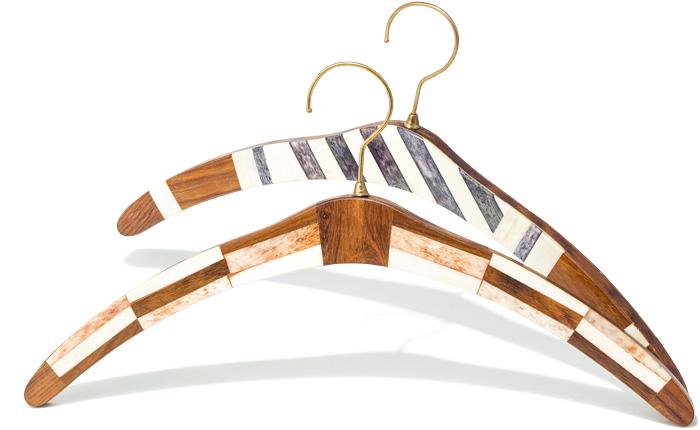 服をかけるのがもったいない? お気に入りの一着にどうぞ。 シーシャムウッドと呼ばれる硬く丈夫な木材と、水牛の骨を組み合わせて作られたオシャレなハンガー。インテリアとしても映えそう! 各¥3,000(journal standard Furniture渋谷店☎03・6419・1350)