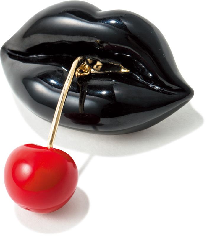 ぽってり唇からこぼれる、赤いチェリーに視線釘づけ。お気に入りのトートやポーチは、艶やかな黒リップがシックなピンズでオトナ感をプラスして。コロンとした形と、ゆらゆら揺れる赤いチェリーもセクシー。¥10,500(スルー ア キッス/ビームス タイム)