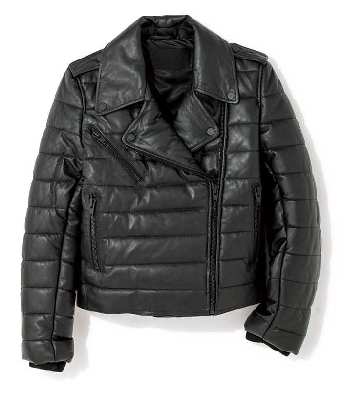 イダースにも、スポーティなひねりを。 ライダースに、ダウンジャケットを思わせるキルティング加工をオン。中綿入りで袖口はリブ仕様と防寒性も優秀だから、冬まで重宝。¥29,990(ALEXANDER WANG×H&M/H&Mカスタマーサービス info.jp@hm.com)※ALEXANDER WANG×H&Mは渋谷店・銀座店・新宿店・名古屋松坂屋店・心斎橋店の5店舗で販売予定。