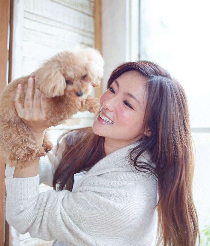 愛犬メロンちゃんと戯れる深田さん。撮影/森本美絵