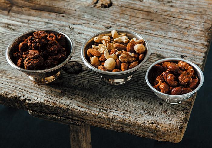 『Groovy Nuts』のフレーバーナッツ(左から、カカオ、ベーコンスモークド、ローストハニー)各S(50g)¥380 M(100g)¥750 L(150g)¥1,100 J(300g)¥2,200