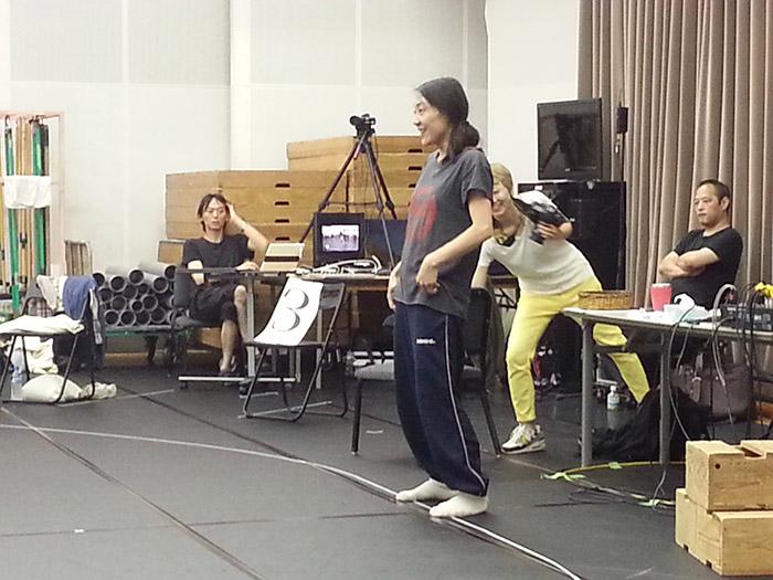 ピナ バウシュ ヴッパタール舞踏団で活躍する瀬山亜津咲さんが指導。さすがプロだけあって身体の動きだけで空間の雰囲気が変わります。