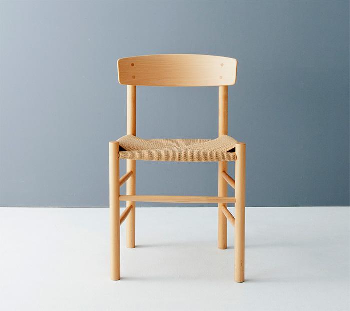 写真上/フィンランドにあるアアルトのアトリエで撮影。今回の特集はこの《スツール60》の物語から始まります。写真中/コーア・クリントの《サファリチェア》。野戦用の椅子をリデザインしたものなので組み立て式です。購入後に自分で組み立てます。この椅子を作っているルド・ラスムッセン工房も取材してきました。写真下/ボーエ・モーエンセンの《J39》。デンマークにおける生協のような団体で販売するために作られた椅子です。とても今っぽいデザインですが1947年に発表されたもの。