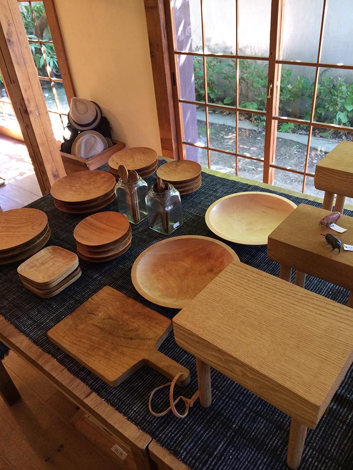 新世代作家の紹介のほかに、福岡の人気作家、山口和宏さんも訪問。木の器は扱いが難しいと思いがちだけれど、パスタもカレーもOK。「使えば使うほど木の良さが出る」と山口さん。写真は、東京・下高井戸の「カモシカ」で開催された展覧会にて。