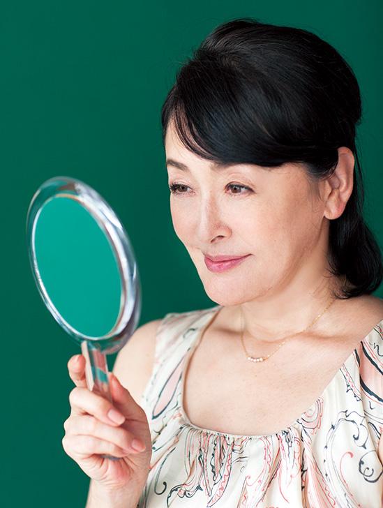 「帰宅したら毎日、鏡で肌をチェック。リンクル クリームでお手入れをしていると、なめらかなまま」