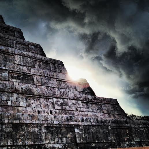 普段はモノクロで掲載している堀さんの撮影した写真。これは653号で紹介したチチェン・イッツァのピラミッドのアザーカット。迫力満点!