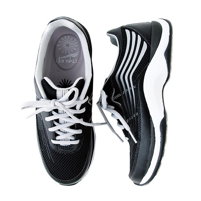 アッパーは通気性の良いメッシュとレザーのコンボ。靴底は多重構造で、衝撃吸収性、足裏のアーチサポートなどを配慮したデザインになっている。色はブラックのみ。サイズは36〜41(23〜26㎝相当)。1万8000円(SEASTAR☎03・6427・9440)
