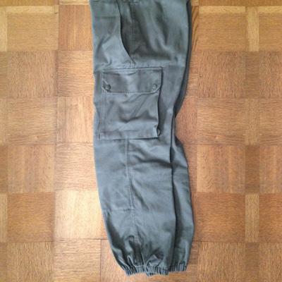 マイ・アンファッションアイテムその1。フランス軍のパラシュートパンツ。パラコードが絡まぬように絞られた裾がカッコいい。