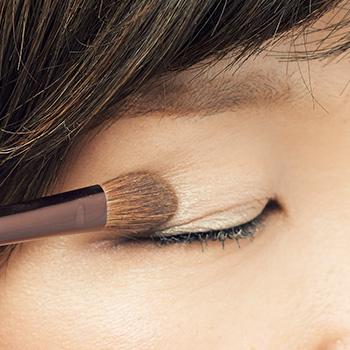 左下Bの色が、大人の目もと特有のくすみを消すのに最適な色。