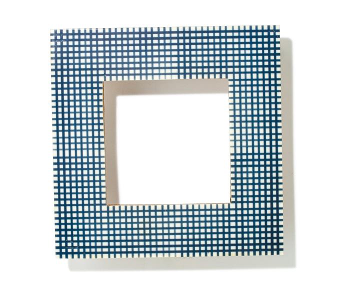 『ザ・コンランショップ』オリジナルのチェック柄のフォトフレーム。ネイビーの上品な色合いがどんな部屋の雰囲気にも合う。正方形にとった枠の形も可愛らしい。¥3,000(ザ・コンランショップ☎0120・04・1660)
