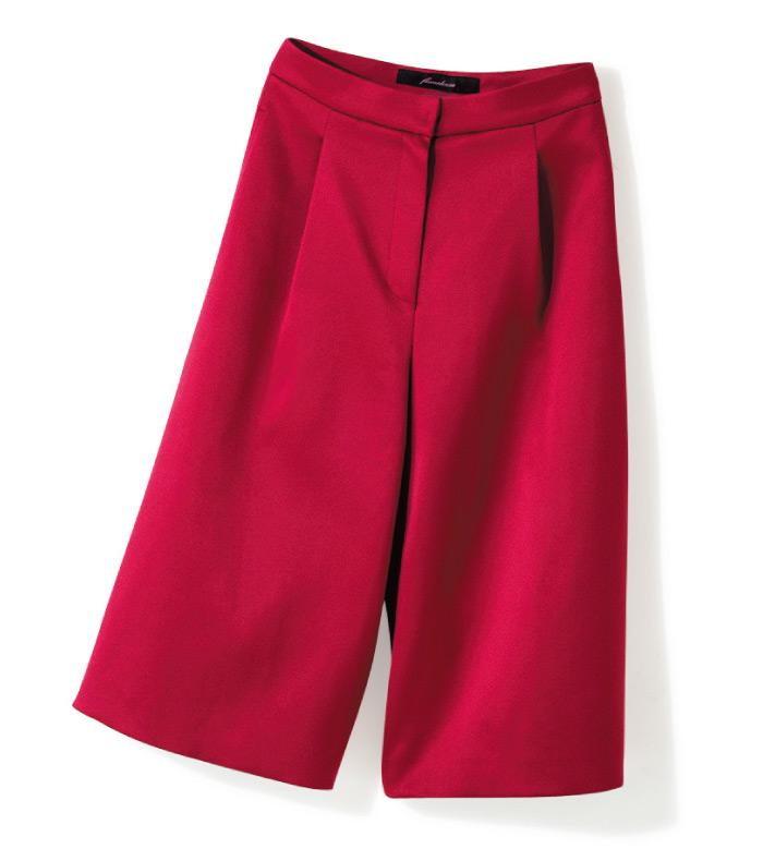 ワイドパンツも、こんな深い赤なら女性らしい印象に。艶やかなサテン地で華やかさがあるので、幅広いシーンで活躍。¥29,000(フリーマドンナ/カンナビス レディース ラフォーレ原宿☎03・3404・3288)