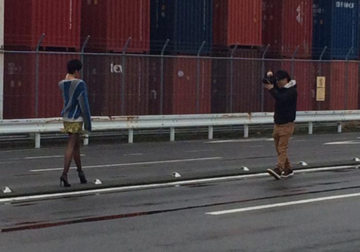レディたちの撮影風景。写真家、大橋仁との撮影に挑むモデル麻宮彩希。まるで格闘ゲームのような。