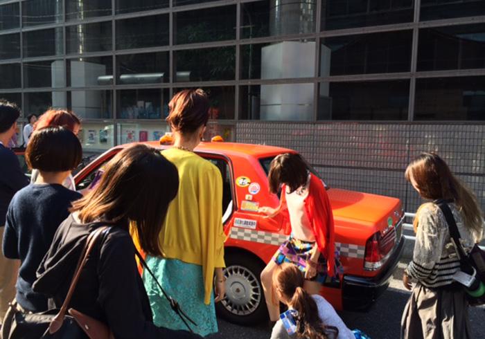 レディたちの撮影風景。タクシー内での撮影を控えたviviが生んだモデルユニット「やぎたま」(八木アリサ&玉城ティナ)