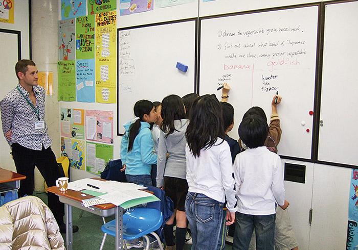 財団が開催する外国語保持教室。身に付けた語学力を帰国後も保持するために、英語またはフランス語で週1回授業を行う。
