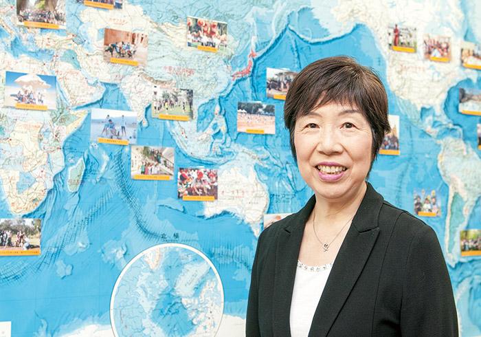 高校の数学教師として長年、帰国生の教育に携わる。2007年に開校した東京学芸大学附属国際中等教育学校の開設準備室長、同校教諭を経て、'09年より財団職員に。