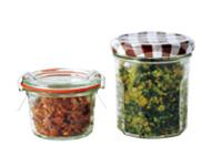 自家製ふりかけは瓶で保存。大根菜に一味を利かせたもの(右)、かつお節をめんつゆとみりんでしっとり炒めたもの(左)。