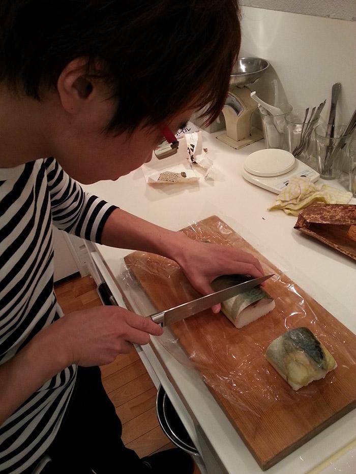 愛用のイタリア製ナイフ(包丁)で鯖寿司を切り分ける来栖さん。
