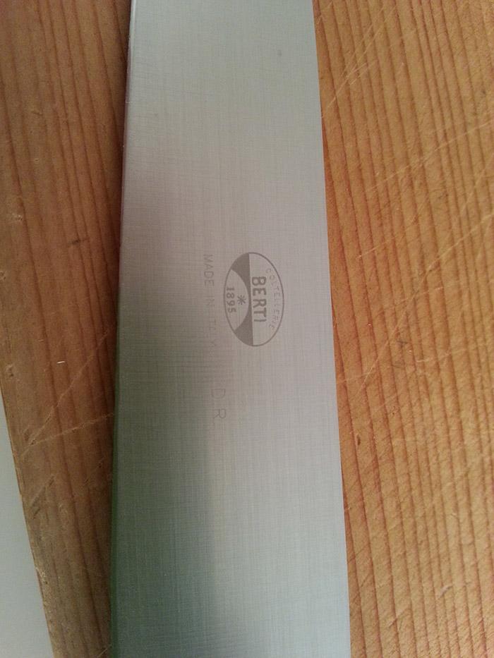 来栖さん愛用のナイフ(包丁)はイタリア・トスカーナ州のナイフ工房BERTI(ベルティ)社製。柄にはアフリカ産水牛の角を使い、熟練の職人技による3段階の工程を経た刃の切れ味も抜群。