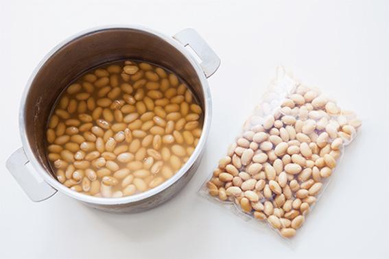 「大豆は煮て、冷凍保存しておくと便利です」。汁ごと冷凍するとよい。
