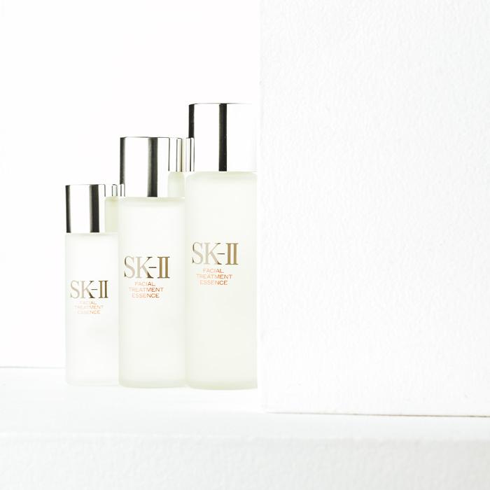天然の酵母と独自の発酵、それを叶える最先端テクノロジーが生んだ天然成分、SK-II〈ピテラR〉。そのこだわりの化粧水が「SK-II フェイシャル トリートメント エッセンス」。右から、215ml ¥20,500、150ml ¥16,000、75ml ¥8,500(マックス ファクター ☎0120-021325)