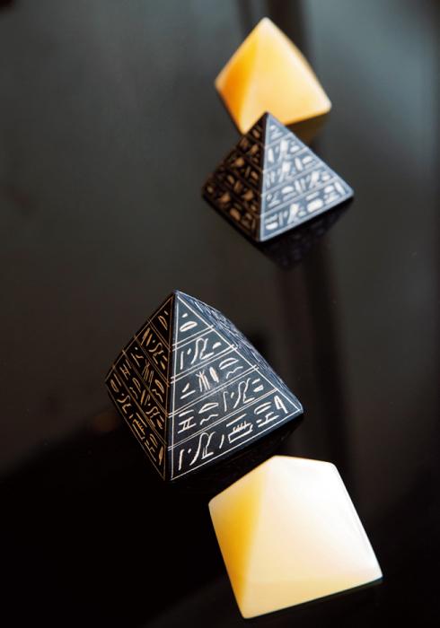 象牙色の「ピラミデオン」(3万2000円)はクフ王の「女王の間」、黒い「トートの神官ピラミッド」(3万2000円)は「王の間」でパワーを込めたそう。