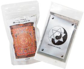 右・イヤシロチパウダー 1900円 左・ホーリーバジル 1000円
