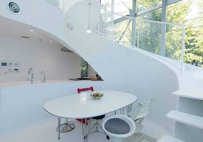壁や床のうねりが エモーショナルな内部空間