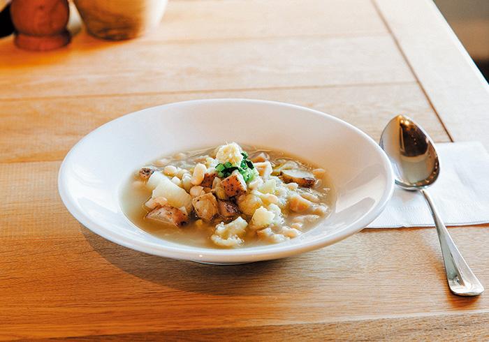 スープはランチ(¥1,300)で前菜パンとともに提供。内容は季節により変わる。上は白いんげんと白い野菜のミネストラ。「このスープに人参は入れません。赤が入らない、淡い色合いがきれいなので」。そうきっぱりの美意識。