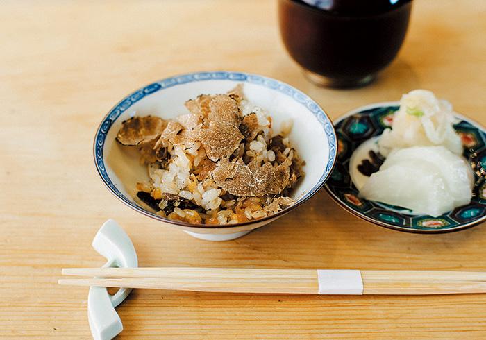 トリュフはヨーロッパ、オーストラリアなど手に入るところから。土鍋なのでお焦げもあり。通常¥10,000のコースに含まれるものが「ananで見た」と予約をすれば¥7,000のコースで楽しめる。
