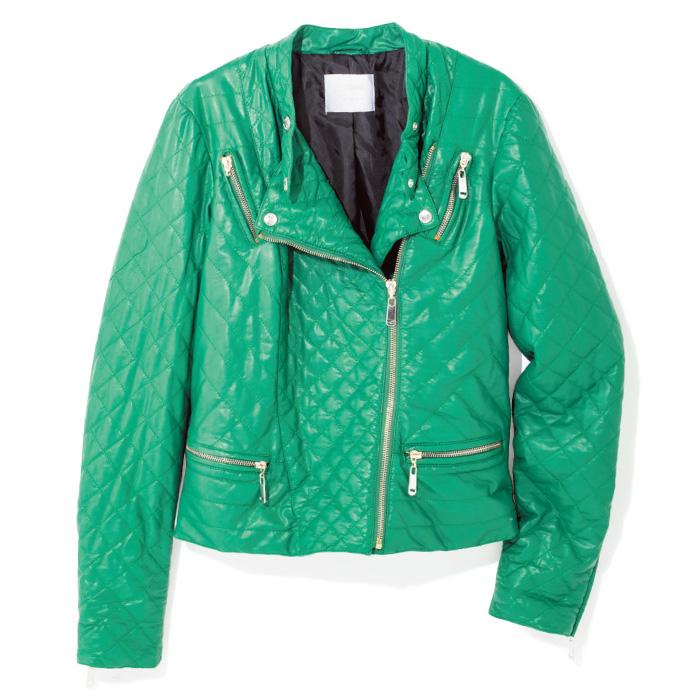 美発色のグリーンなら、バイカージャケットもぐっとソフトなムードに。コンパクトで女性らしいシルエットや、環境負荷の少ないエコレザーも見逃せないポイント。¥38,000(ガス/ガス ジャパン☎03・5772・0124)