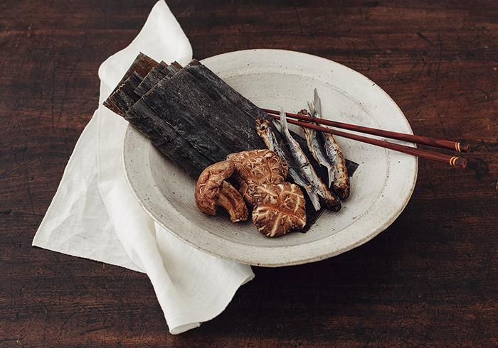 右から、長崎県平戸産 炭火焼あご 70g¥550 大分県別府産 原木乾しいたけ 匠こうこ 80g¥800 天然羅臼昆布 芳醇 65g¥900 他に、長期熟成の調味料や自然栽培米、在来種の梅干しなど、厳選された日本伝統食材が揃う。