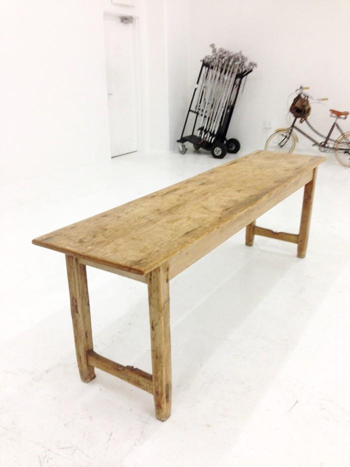 なんの変哲もない木のテーブルが、嵐によって神々しいほど幸せに満ちた空間に。