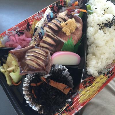 「やり田」の弁当はしみじみおいしい。下見の時はイカ弁当を。誌面で紹介した「バラ丼」は人気で、お昼前に売り切れてしまうこともあるらしい。