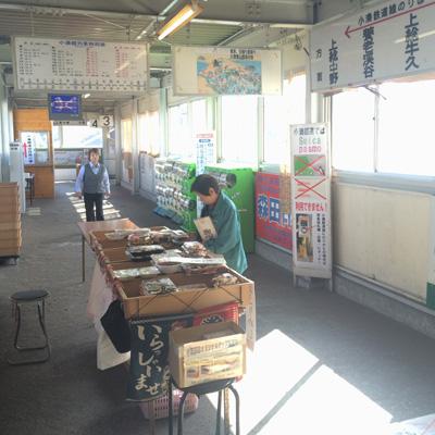 小湊鐵道の始点、五井駅の乗り場へと向かう高架通路。看板が途端にレトロになって、いい感じ。手前のテーブルは、誌面でも紹介した弁当店(?)「やり田」。
