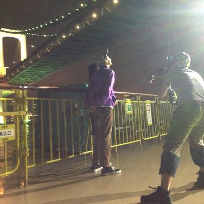 竹芝桟橋を出るとすぐにレインボーブリッジをくぐる。船のデッキで撮影チームのテンションはMAXに。