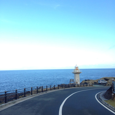 島はどこでもだいたいオーシャンビュー。この灯台の下はベンチがあって、最高にロマンチック。