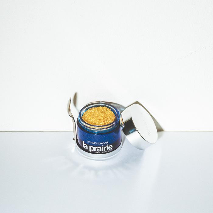1987年の発売から、2015年で四半世紀を迎える〈ラ・プレリー〉の代名詞とも言える美容液「スキンキャビア」。オメガ3脂肪酸を豊富に含むスキンキャビアエキスに植物エキスなどを配合した、総合エイジングケアトリートメント。「スキンキャビア」50g ¥19,500(ラ・プレリー☎0120-223-887)