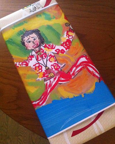 「子供のセンス」に登場してくれた、アーブル美術館の作品が描かれたオビが巻かれたお菓子。アーブル美術館の館長・晶子ママと打ち合わせをした際にいただいた、静岡名物「うなぎパイ」です。いいなぁ、こういうセンスも。銘菓がオリジナルになっちゃうんだから。