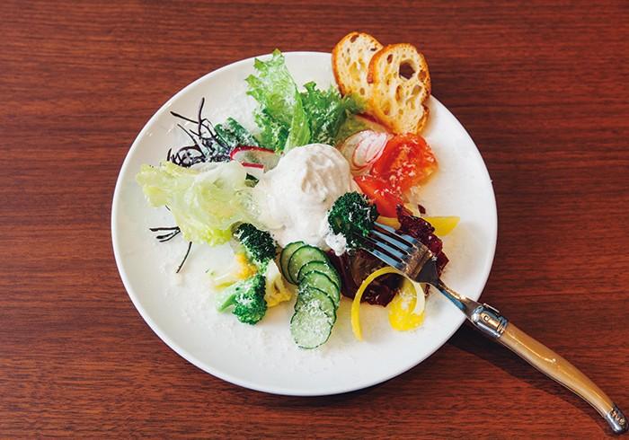 ガストロバック(減圧鍋)を使った野菜は透き通って見えるのが特徴。しかも食感はパリッパリ。エスプーマ(泡)にしたシーザスドレッシングも軽やか。アラカルトで¥1,500。