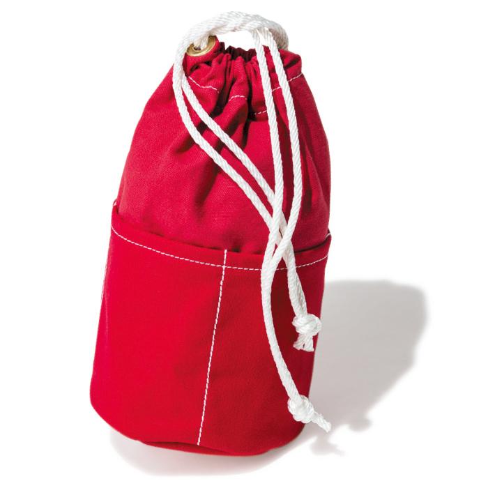 フロリダの人気キャンバスブランド『Cedar Key Canvas』の巾着バッグは、4つの外ポケットで使いやすさ抜群。赤×白ステッチも好相性。φ15×H26¥5,500(MAIDEN COMPANY☎03・5410・9777)